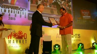 "Pierre Assouline a remis le prix ""Life Time Achievement"" à K.V Vijayendra Prasad, scénariste de ""Baahubali : the Beginning"""